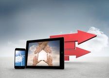 Samengesteld beeld van handen en windturbine op smartphone en tablet de schermen Stock Afbeeldingen