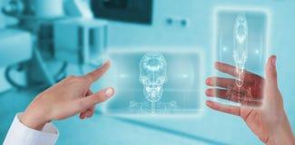 Samengesteld beeld van handen van vrouwelijke arts die het digitale scherm met behulp van terwijl het houden van mobiele telefoon Royalty-vrije Stock Foto's