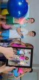 Samengesteld beeld van handen wat betreft digitale tablet tegen witte achtergrond stock fotografie