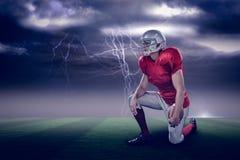 Samengesteld beeld van het Amerikaanse voetbalster kijken weg terwijl het knielen met 3d Royalty-vrije Stock Afbeeldingen