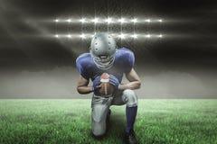 Samengesteld beeld van het Amerikaanse voetbalster knielen met 3d Stock Afbeeldingen