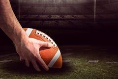 Samengesteld beeld van het Amerikaanse voetbalster voorbereidingen treffen voor een 3D dalingsschop Stock Foto's