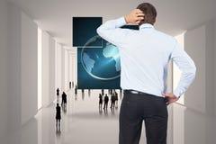 Samengesteld beeld van het denken van zakenman krassend hoofd Stock Fotografie
