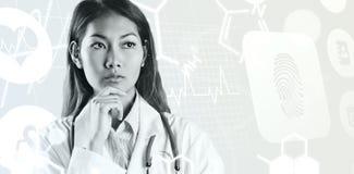 Samengesteld beeld van het geconcentreerde Aziatische vrouw denken Stock Foto's