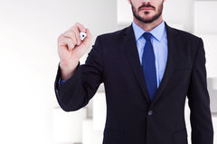 Samengesteld beeld van het geconcentreerde zakenman schrijven met teller Stock Foto's