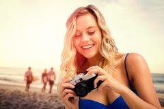 Samengesteld beeld van het glimlachen meisje het kijken haar camera stock foto