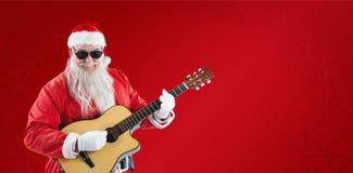 Samengesteld beeld van het glimlachen van het spelen van de Kerstman gitaar terwijl status Royalty-vrije Stock Afbeeldingen
