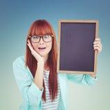 Samengesteld beeld van het glimlachen van hipster het bord van de vrouwenholding Stock Foto