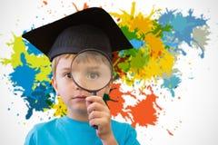Samengesteld beeld van het leuke leerling kijken door vergrootglas Royalty-vrije Stock Afbeeldingen