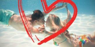Samengesteld beeld van het leuke paar kussen onderwater in het zwembad Stock Foto