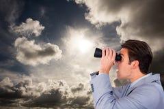 Samengesteld beeld van het onrealistische zakenman kijken aan de toekomst Stock Foto's