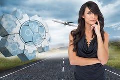 Samengesteld beeld van het peinzende elegante donkere haired model stellen met vinger op haar wang Stock Foto