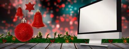 Samengesteld beeld van het rode de decoratie van de Kerstmisklok hangen Stock Fotografie