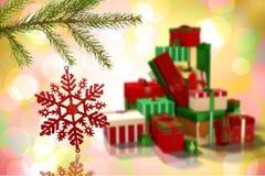 Samengesteld beeld van het rode Kerstmisdecoratie hangen van tak Stock Afbeeldingen