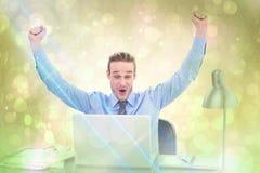 Samengesteld beeld van het toejuichen van zakenman bij laptop Royalty-vrije Stock Afbeelding