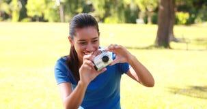 Samengesteld beeld van jonge vrouw die een microscoopdia bekijken stock videobeelden