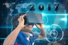 Samengesteld beeld van jongen die virtuele werkelijkheidssimulator dragen Royalty-vrije Stock Afbeeldingen