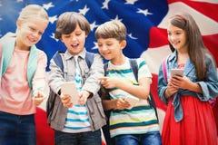 Samengesteld beeld van jongen met vrienden die mobiele telefoon met behulp van stock fotografie
