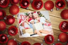 Samengesteld beeld van Kerstmissnuisterijen op lijst Stock Afbeelding