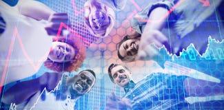 Samengesteld beeld van laag hoekportret van het gelukkige bedrijfsmensen richten stock afbeeldingen
