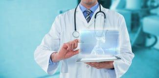 Samengesteld beeld van mannelijke arts die digitale 3d tablet gebruiken Stock Afbeeldingen