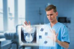 Samengesteld beeld van mannelijke chirurg wat betreft het onzichtbare 3d scherm Royalty-vrije Stock Foto's