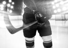 Samengesteld beeld van medio sectie van de holdingsstok van de hockeyspeler royalty-vrije stock foto