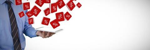 Samengesteld beeld van medio sectie van de tabletpc van de zakenmanholding Stock Foto