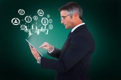 Samengesteld beeld van medio sectie van een zakenman wat betreft 3d tablet Stock Afbeeldingen