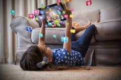 Samengesteld beeld van meisje die digitale tablet in de 3d woonkamer gebruiken Royalty-vrije Stock Fotografie