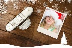 Samengesteld beeld van meisje die santahoed thuis dragen royalty-vrije stock fotografie