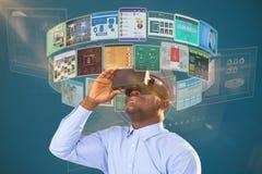 Samengesteld beeld van mensenzitting op stoel en het gebruiken van virtuele werkelijkheidshoofdtelefoon tegen witte achtergrond 3 Stock Foto