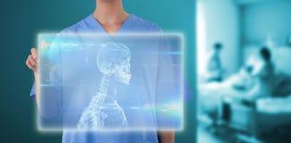 Samengesteld beeld van midsection van vrouwelijke arts die het digitale 3d scherm met behulp van Stock Afbeelding