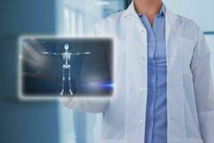 Samengesteld beeld van midsection van vrouwelijke arts die het digitale 3d scherm met behulp van Royalty-vrije Stock Afbeeldingen