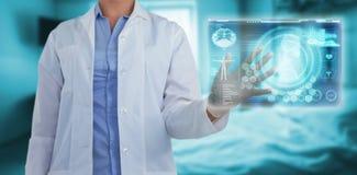 Samengesteld beeld van midsection van vrouwelijke arts die het digitale 3d scherm met behulp van Stock Afbeeldingen