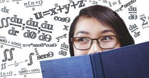 Samengesteld beeld van mooi studenten verbergend gezicht achter een boek Stock Afbeelding