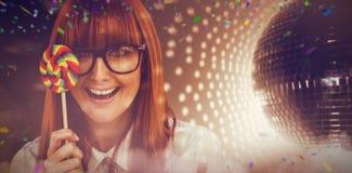Samengesteld beeld van mooie hipstervrouw met hoedenpartij en lolly royalty-vrije stock foto