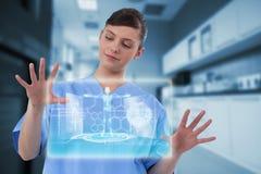 Samengesteld beeld van mooie vrouwelijke arts die het onzichtbare digitale 3d scherm met behulp van Stock Foto's