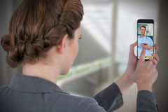 Samengesteld beeld van onderneemster die mobiele telefoon met behulp van Royalty-vrije Stock Afbeeldingen
