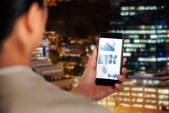 Samengesteld beeld van onderneemster die mobiele telefoon met behulp van stock afbeeldingen