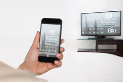 Samengesteld beeld van onderneemster die mobiele telefoon met behulp van stock afbeelding