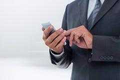 Samengesteld beeld van onderneemster die slimme telefoon met behulp van Royalty-vrije Stock Fotografie