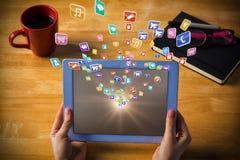 Samengesteld beeld van onderneemster die tablet gebruiken bij 3d bureau Stock Foto