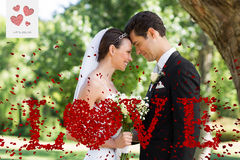 Samengesteld beeld van onlangs het houden van wed van paar in tuin Royalty-vrije Stock Fotografie