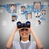 Samengesteld beeld van onrealistische onderneemster die door verrekijkers kijken Stock Fotografie