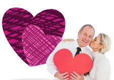 Samengesteld beeld van ouder hartelijk paar die rode hartvorm houden Royalty-vrije Stock Foto's
