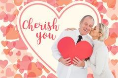Samengesteld beeld van ouder hartelijk paar die rode hartvorm houden royalty-vrije stock afbeelding