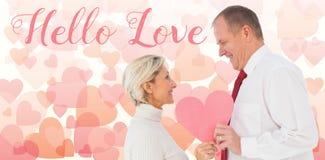 Samengesteld beeld van ouder hartelijk paar die roze hartvorm houden royalty-vrije stock fotografie
