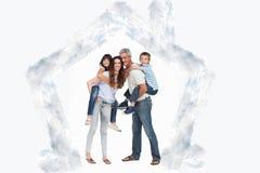 Samengesteld beeld van ouders die hun kinderen op ruggen houden Stock Foto