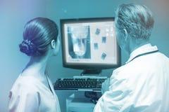 Samengesteld beeld van overheadkosten van een röntgenstraal van een menselijke 3d schedel Stock Foto's